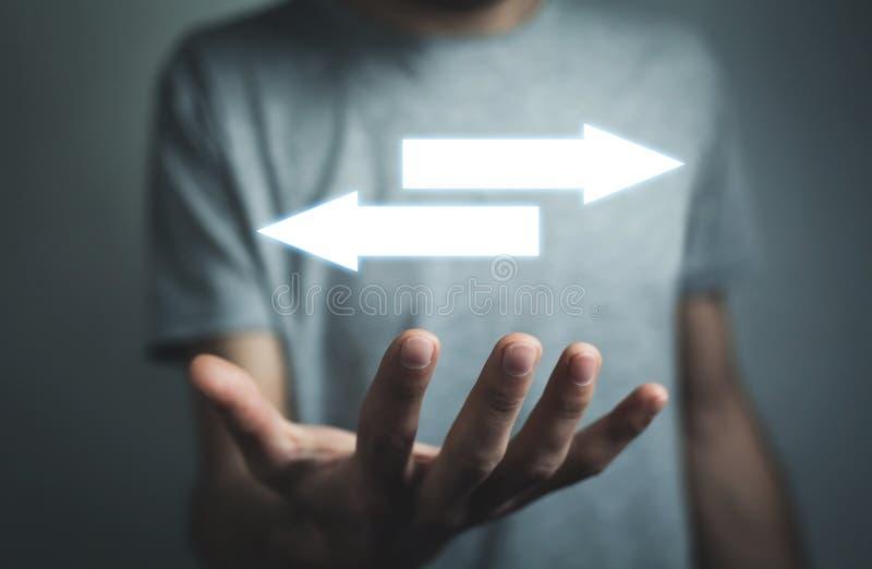 De pijlen van de mensenholding Symbool van uitdaging en keus royalty-vrije stock afbeelding