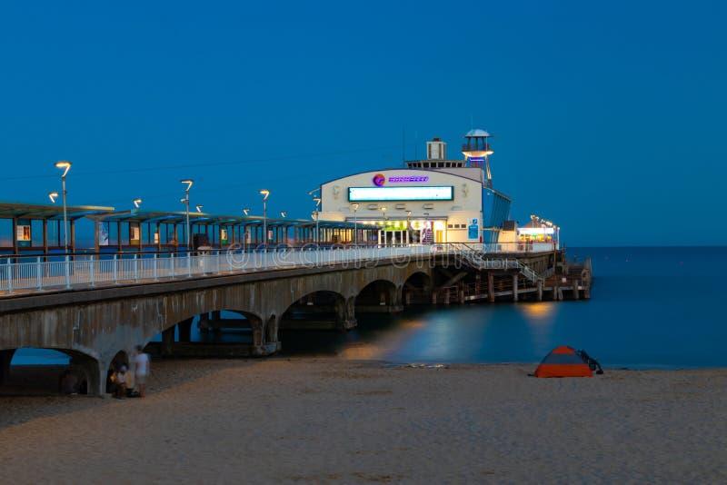 De pijler van Bournemouth bij nacht stock foto