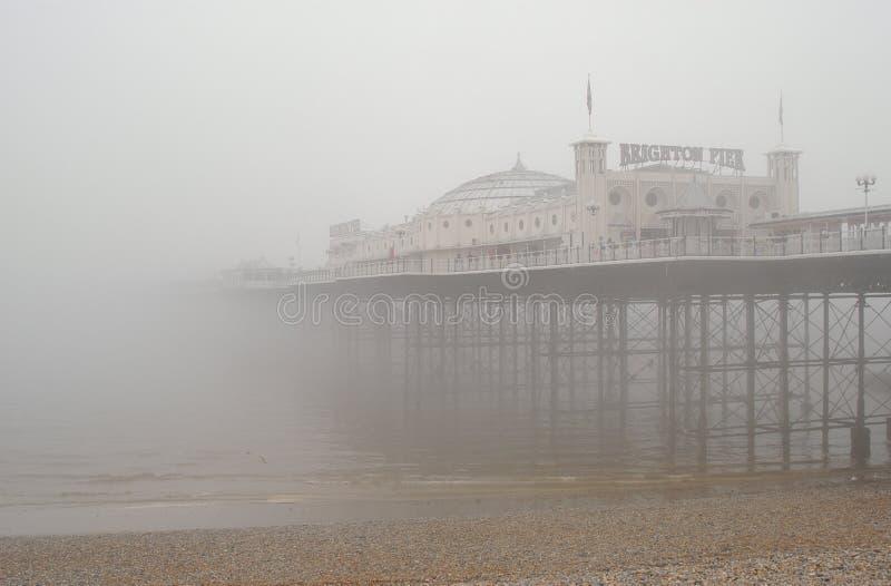 De Pijler van Brighton in de Mist stock foto