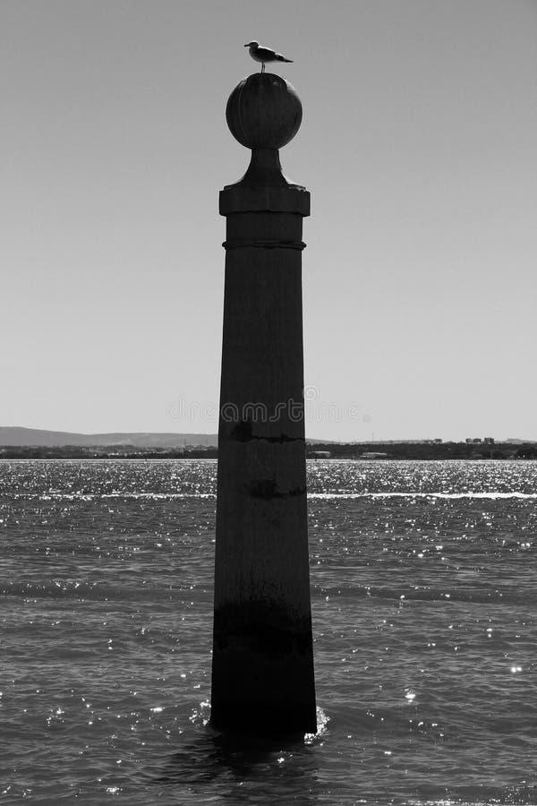 De pijler van doet Comercio-vierkant op de Banken van Tagus-rivier in Lissabon stock afbeelding