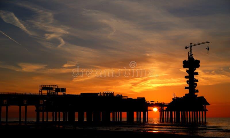 De pijler van Scheveningen bij zonsondergang stock afbeeldingen