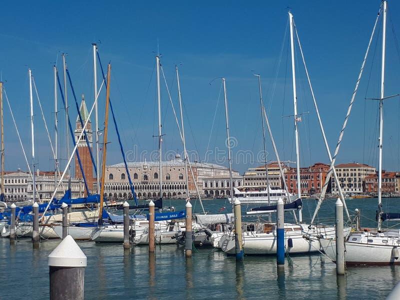 de pijler in Venetië is volledig stock foto's