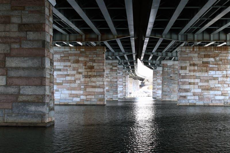 De Pijlers van de brug over Rivier royalty-vrije stock foto's