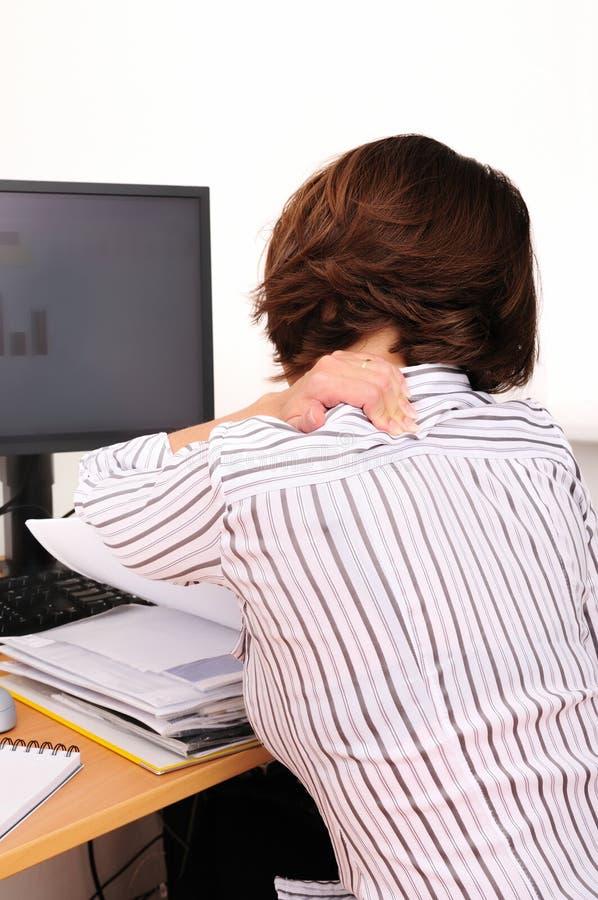 De pijn van de hals - het werk met computer stock foto