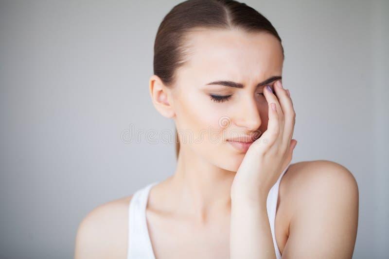 De pijn vermoeide Uitgeputte Beklemtoonde Vrouw die aan Sterke Oogpijn lijden Portret van een Mooie Jonge Vrouw die Ziek voelen royalty-vrije stock fotografie