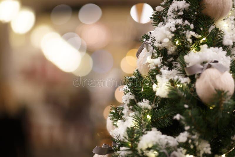 De pijnboomboom van Kerstmis met sneeuw royalty-vrije stock foto's