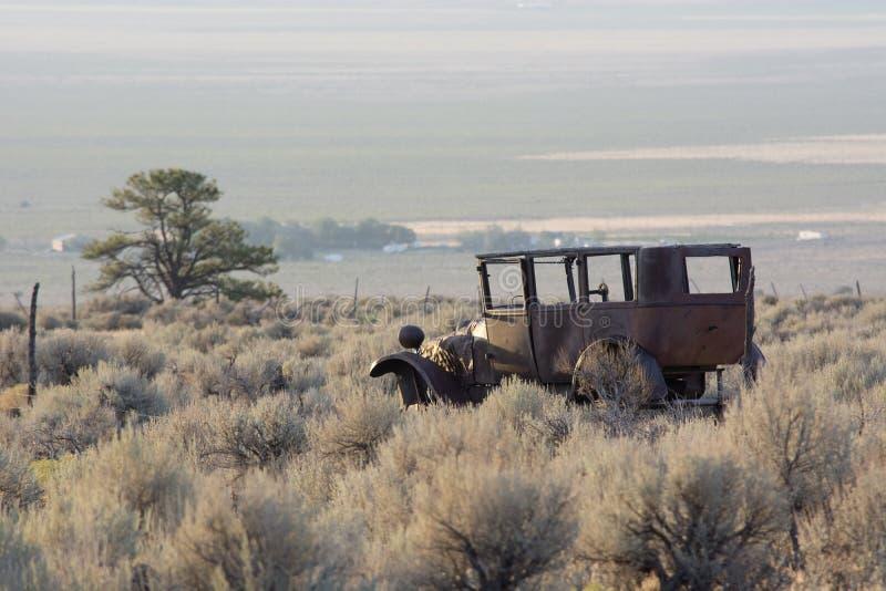 De Pijnboomwoestijn van Rusty Old Jalopy Overlooking Sagebrush en Pinyon-in Nevada royalty-vrije stock foto's