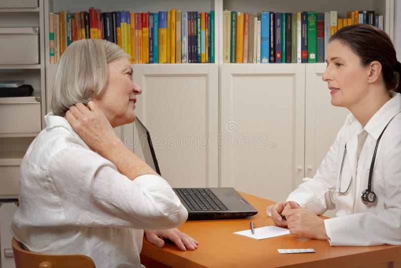 De pijnspanning van de artsen geduldige hals stock afbeeldingen
