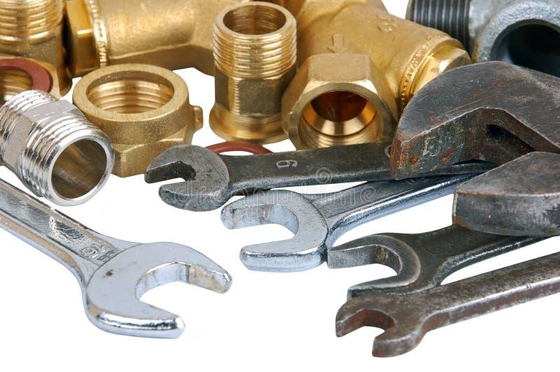 De pijp en de moersleutel van het loodgieterswerk stock foto
