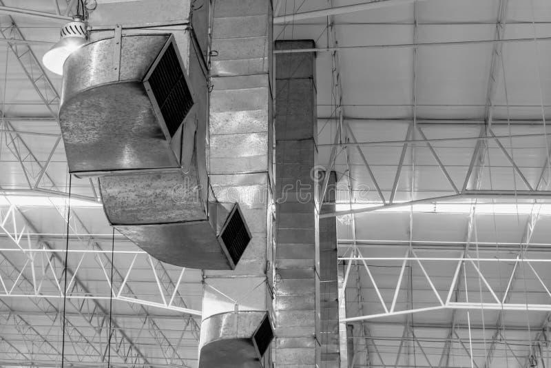 De pijp van de luchtventilator aan het koelen luchtstroom en ventilatie van de grote industrie stock afbeeldingen