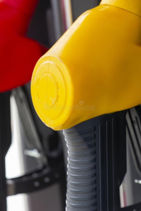 De pijpen van de close-upbrandstof op benzine en diesel De pomp van het benzinestation Mensen bijtankende benzine met brandstof i stock afbeeldingen