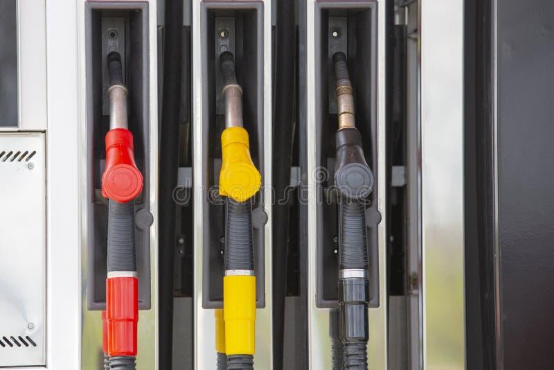 De pijpen van de close-upbrandstof op benzine en diesel De pomp van het benzinestation Mensen bijtankende benzine met brandstof i stock foto