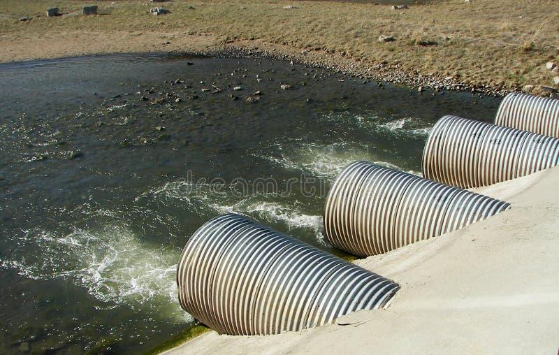 De pijpen van de drainage bij een elektrische centrale royalty-vrije stock afbeeldingen