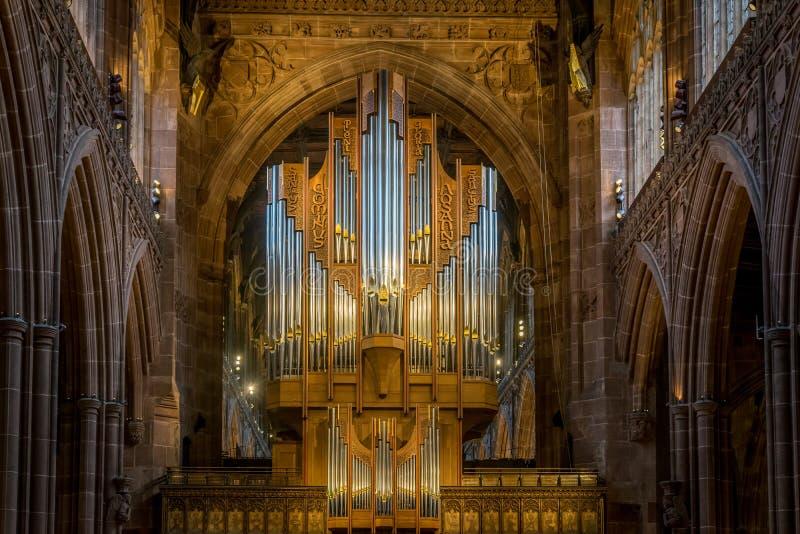 De pijpen van een pijporgaan in een kathedraal stock afbeeldingen