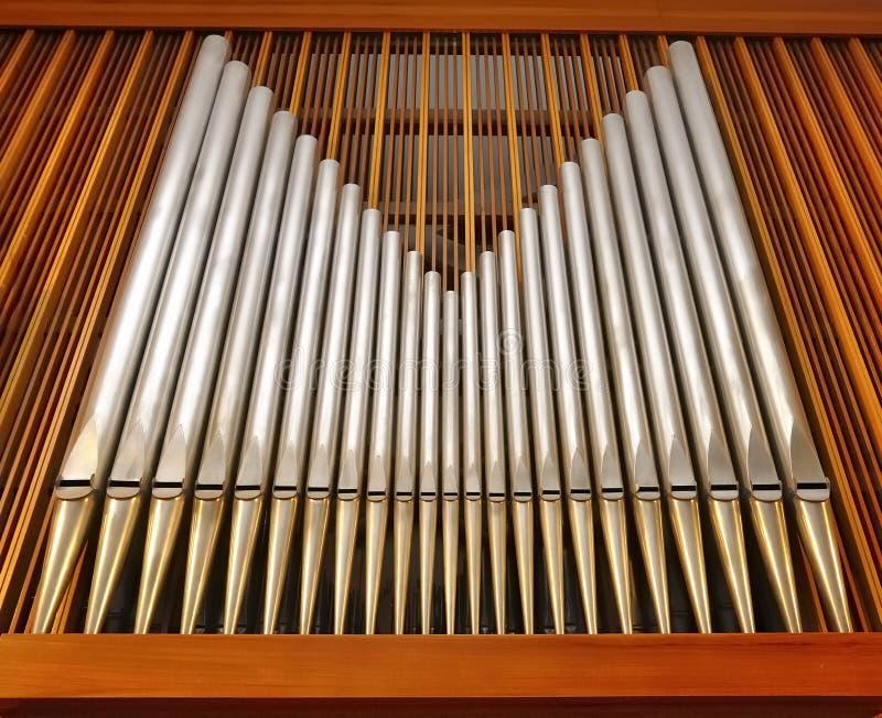 De pijpen van het orgaan in muziekzaal (kerk) stock foto