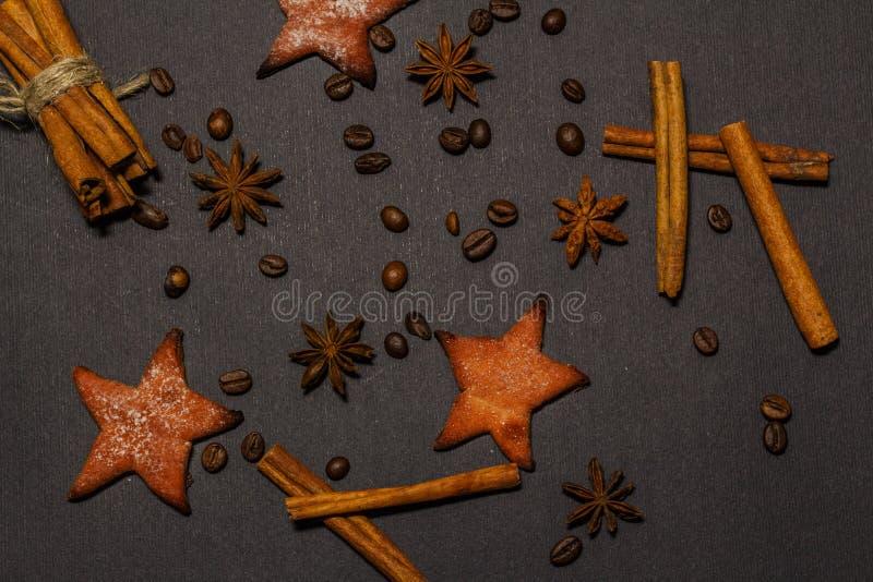 De pijpjes kaneel en het anijsplantkruid spelen mee, geïsoleerd op een zwart close-up als achtergrond Mening van hierboven stock fotografie