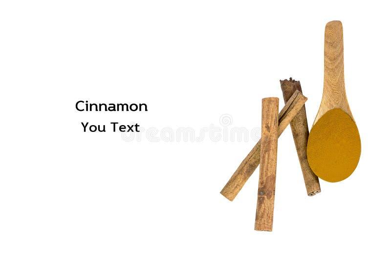 De pijpjes kaneel en het poeder van kaneel in een houten lepel isoleren stock afbeeldingen