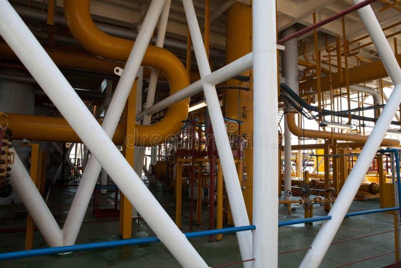 De pijpleiding van het olieplatform en het systeem van de drukoverdracht royalty-vrije stock afbeelding