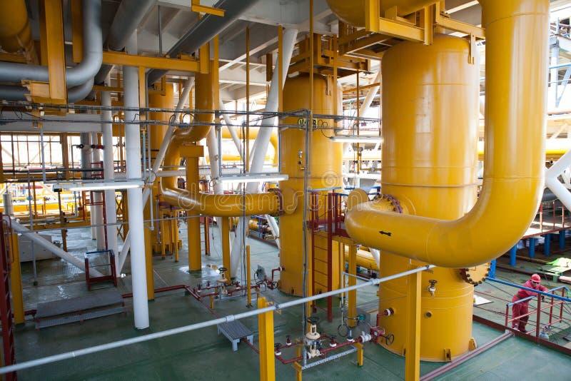 De pijpleiding van het olieplatform en het systeem van de drukoverdracht stock foto