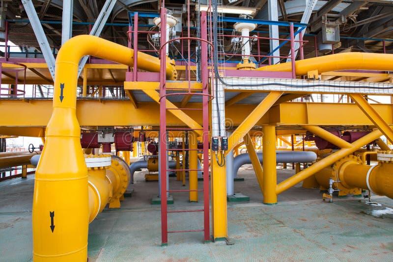 De pijpleiding van het olieplatform en het systeem van de drukoverdracht stock fotografie