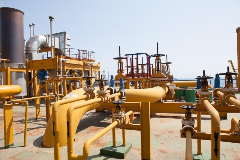 De pijpleiding van het olieplatform en het systeem van de drukoverdracht stock afbeeldingen