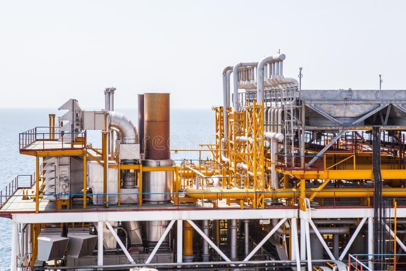 De pijpleiding van het olieplatform en het systeem van de drukoverdracht stock foto's