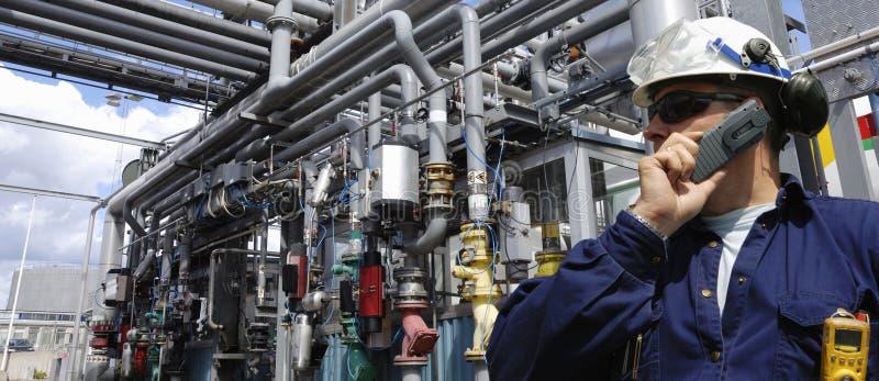 De pijpleidingen van de ingenieur en van de olie stock afbeelding