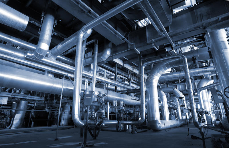 De pijpleidingen van het Staal van de industrie bij fabriek royalty-vrije stock afbeeldingen