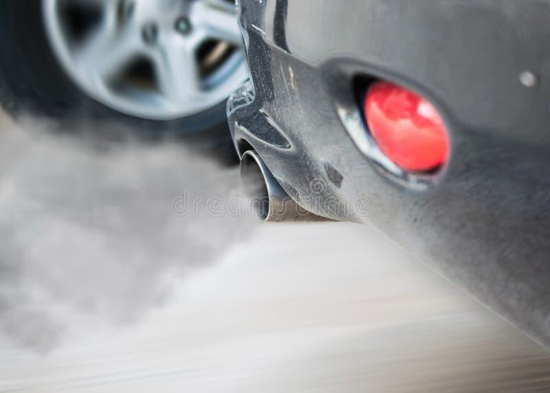 De pijpuitlaat van de rookauto, Rook van een auto die verontreiniging produceren stock afbeeldingen