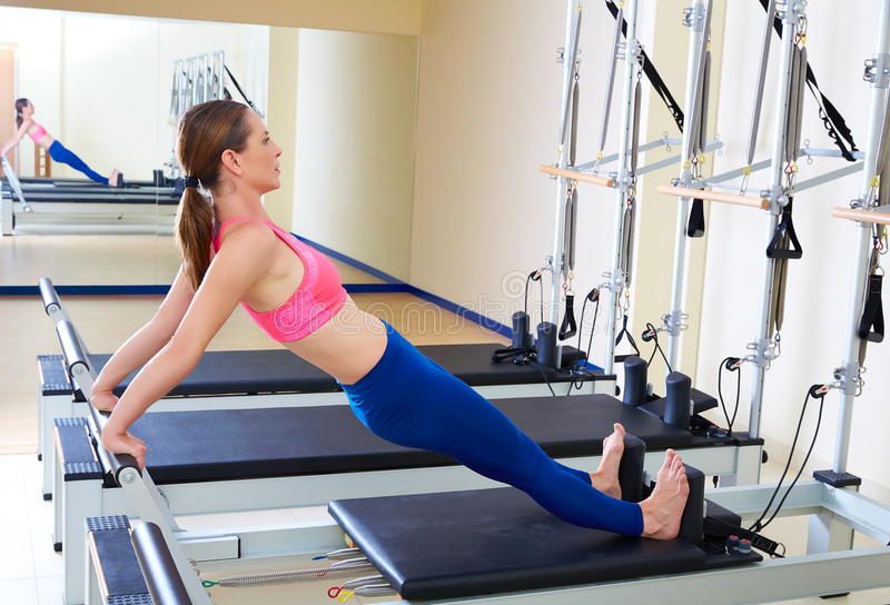 De Pilates do reformista da mulher exercício do estiramento da parte traseira por muito tempo imagem de stock royalty free