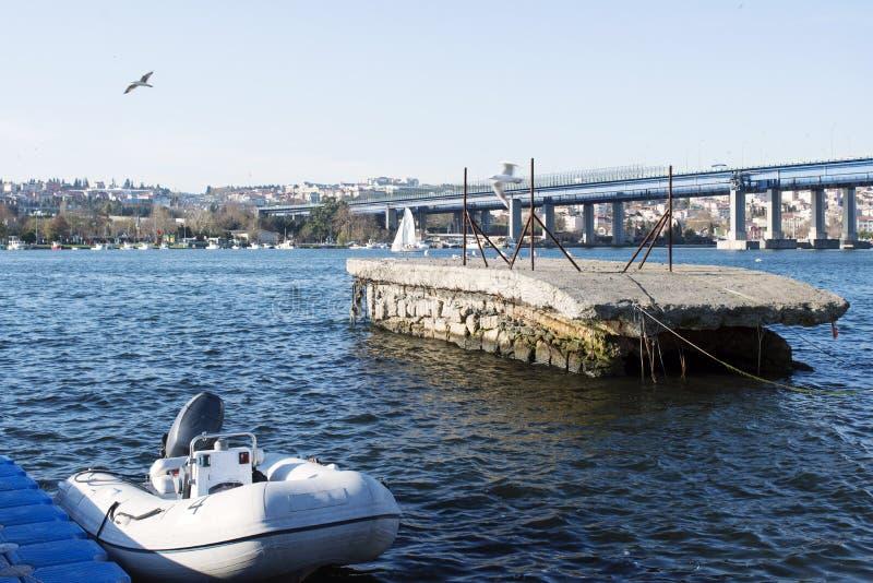 De pilier et de marina concrète formée étrange et bateau dans le klaxon d'or à Istanbul, dinde image stock