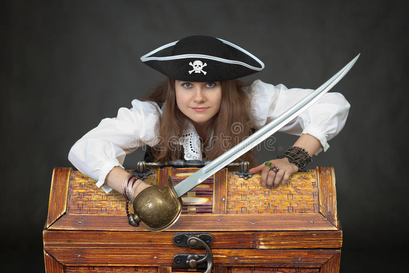 De piraat van de vrouw met een sabel en schatten royalty-vrije stock afbeelding