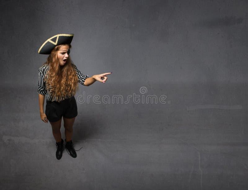 De piraat wees op zij lege ruimte stock afbeelding