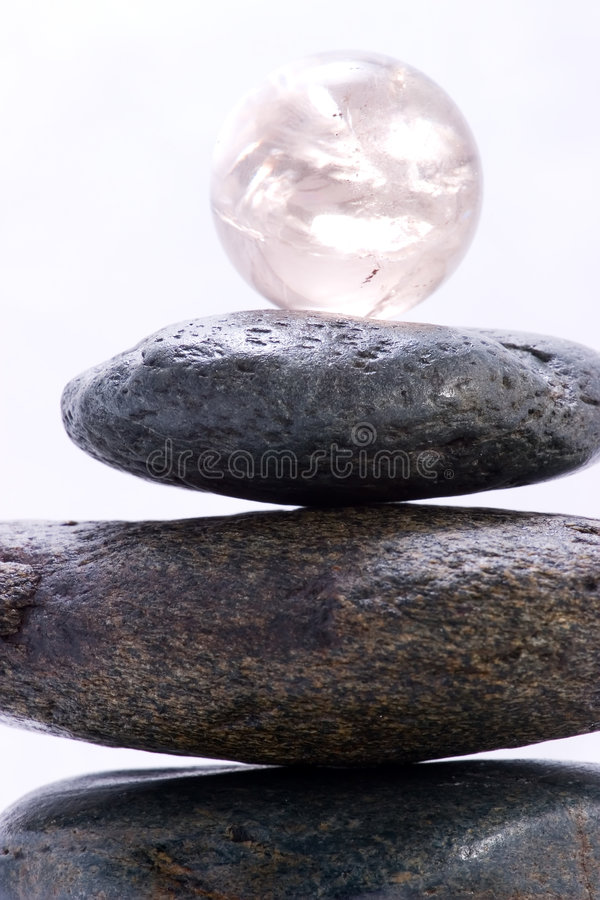De piramide en de kristallen bol van Zen royalty-vrije stock foto's
