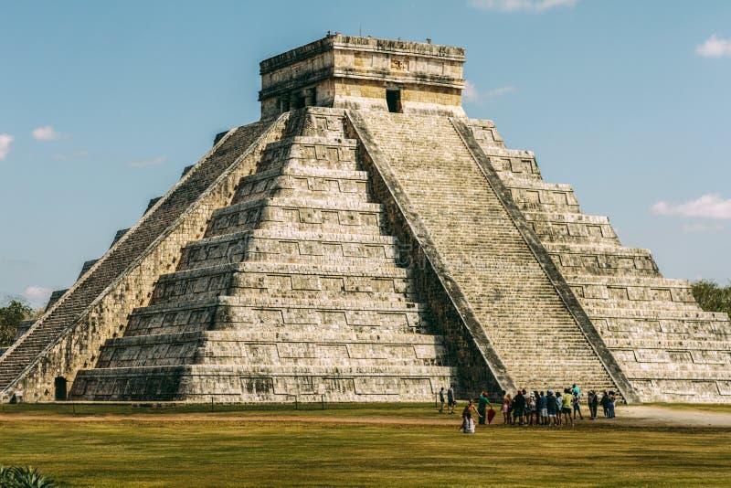 De piramide en de Toeristen stock fotografie