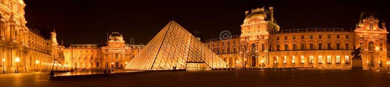 De piramide 's nachts panorama van het Louvre stock afbeeldingen