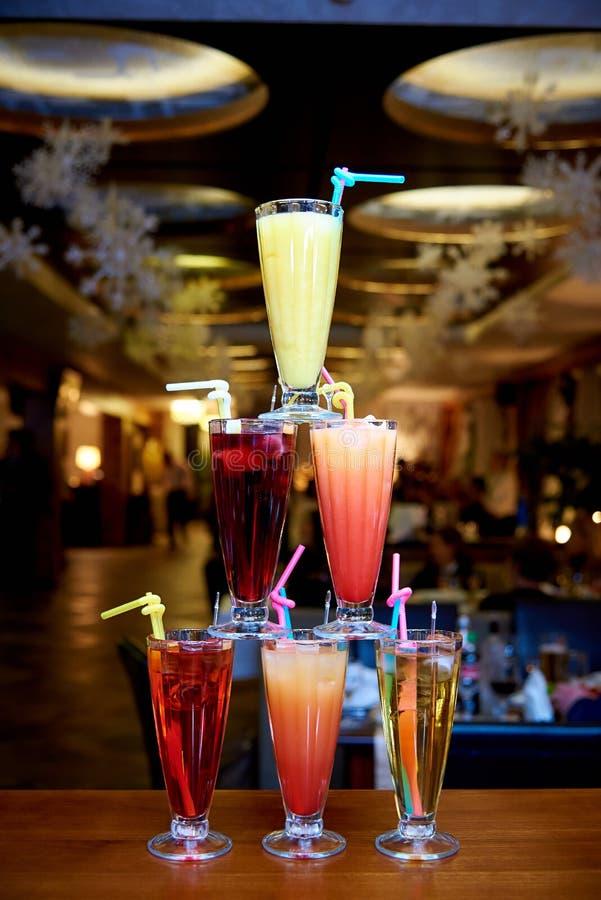 De piramide van cocktails op de bar op een vage achtergrond van het restaurant royalty-vrije stock foto