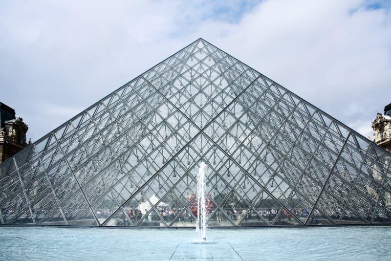 De Piramide van glasbuiliding bij Louvremuseum, Parijs stock fotografie