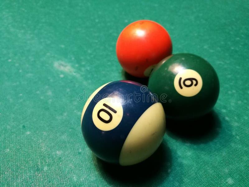 De piramide van de het biljartsnooker van het richtsnoerdoel op groene lijst Een Reeks snookers/poolballen op Biljartlijst stock afbeeldingen