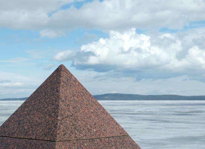 De piramide van het graniet royalty-vrije stock afbeeldingen