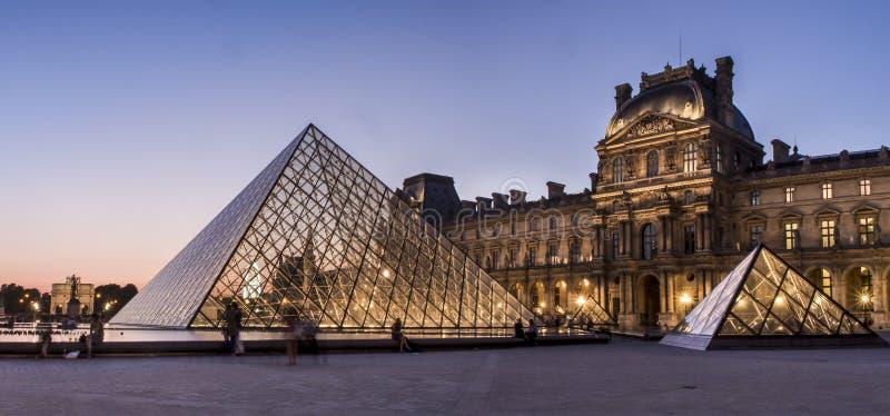 De Piramide van het Louvremuseum royalty-vrije stock afbeelding
