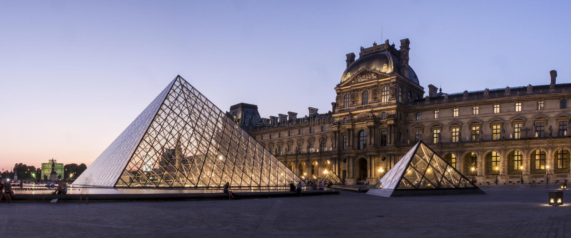 De Piramide van het Louvremuseum stock afbeelding