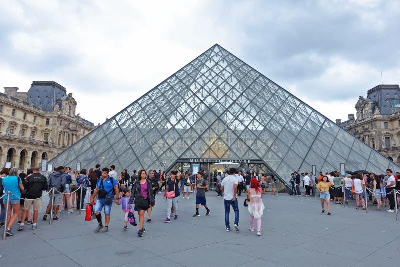 De piramide van het Louvremuseum in Parijs stock foto's