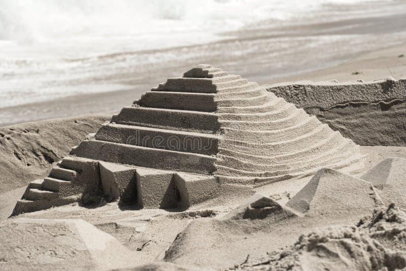 Download De Piramide Van Het Zandkasteel Stock Foto - Afbeelding bestaande uit kruimeltaart, fort: 10783442
