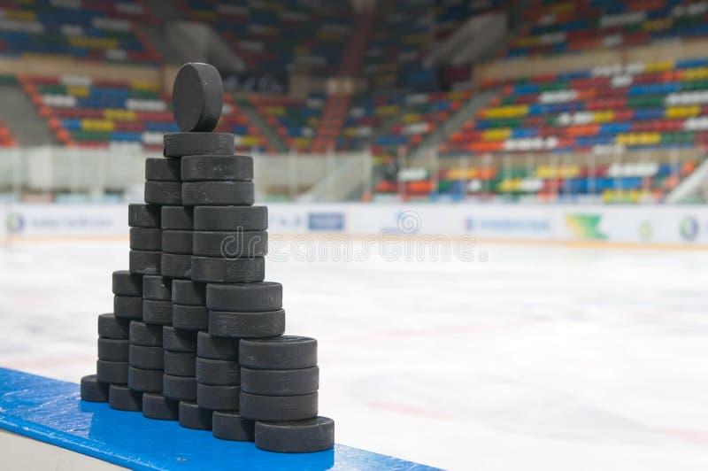 De piramide van hockeypucks stock foto's