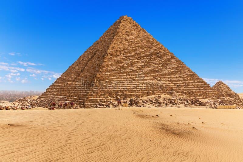De Piramide van Menkaure en de blauwe hemel van Giza, Egypte stock fotografie