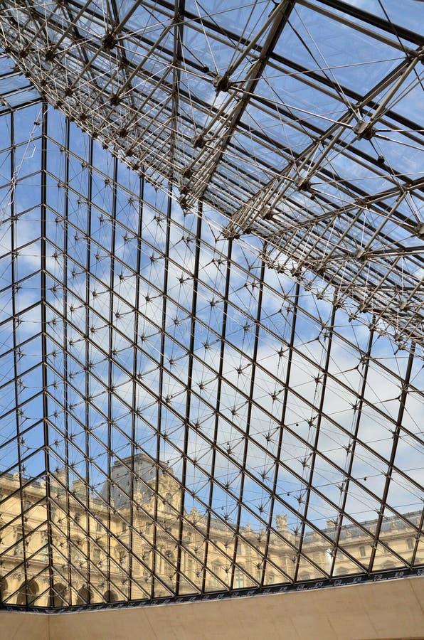 De piramideingang van het glas aan het museum van het Louvre in Parijs stock foto