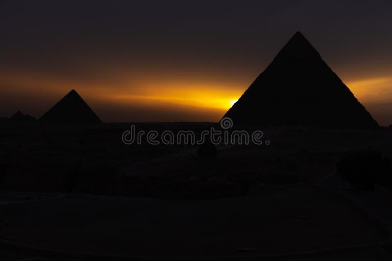 De piramides bij zonsondergang, silhouetten in dark, Giza, Egypte royalty-vrije stock fotografie