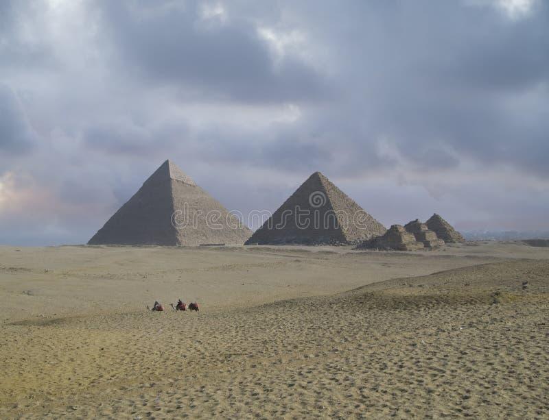 De Piramides van Giza royalty-vrije stock afbeeldingen