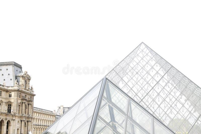 De piramides van het Louvreglas - zijaanzicht stock afbeeldingen